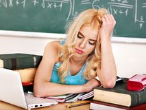 Mujer en sala de clase. Imagen de archivo