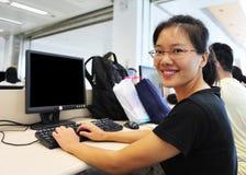 Mujer en sala de ordenadores Imagen de archivo libre de regalías