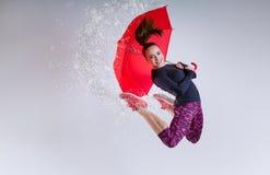 Mujer en salto con un paraguas fotografía de archivo libre de regalías