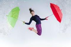 Mujer en salto con un paraguas imagen de archivo libre de regalías