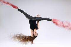 Mujer en salto Movimiento congelado imagen de archivo libre de regalías