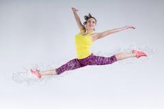Mujer en salto Movimiento congelado foto de archivo