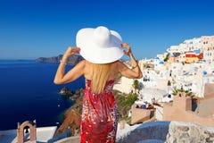 Mujer en Santorini Fotos de archivo libres de regalías