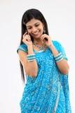 Mujer en sari azul con el móvil Imagenes de archivo