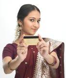 Mujer en sari con de la tarjeta de crédito Imagenes de archivo