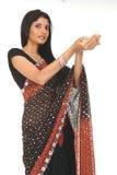 Mujer en sari con la acción de la explotación agrícola Foto de archivo