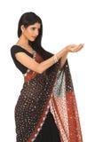 Mujer en sari con la acción de la explotación agrícola Foto de archivo libre de regalías