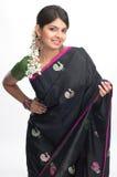 Mujer en sari negra Foto de archivo libre de regalías