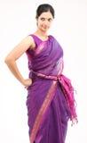 Mujer en sari rosada Fotos de archivo libres de regalías