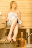 Mujer en sauna Foto de archivo