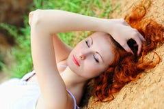 Mujer en secada encima de la tierra fotos de archivo