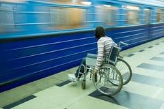 Mujer en sillón de ruedas Fotos de archivo libres de regalías