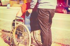 Mujer en sillón de ruedas imagenes de archivo