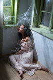 Mujer en sitio abandonado Imagen de archivo libre de regalías