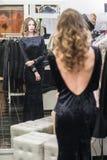 Mujer en sitio apropiado en una tienda de ropa Fotografía de archivo
