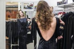 Mujer en sitio apropiado en una tienda de ropa Fotografía de archivo libre de regalías
