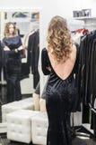 Mujer en sitio apropiado en una tienda de ropa Imagen de archivo
