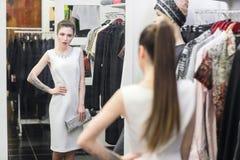 Mujer en sitio apropiado en una tienda de ropa Imagen de archivo libre de regalías