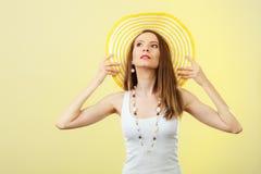 Mujer en sombrero amarillo grande del verano Imagenes de archivo