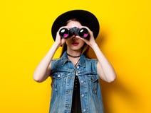 Mujer en sombrero con binocular Imagen de archivo
