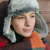 Mujer en sombrero con las aletas del oído Imagenes de archivo