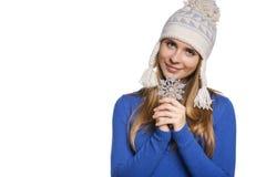 Mujer en sombrero de punto de las lanas con el copo de nieve Foto de archivo libre de regalías