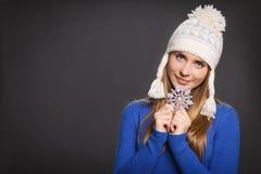 Mujer en sombrero de punto de las lanas con el copo de nieve Imágenes de archivo libres de regalías