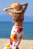 Mujer en sombrero del sarong y de paja Foto de archivo
