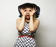 Mujer en sombrero del verano de la paja Imagenes de archivo