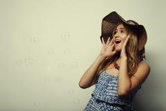 Mujer en sombrero del verano de la paja Imágenes de archivo libres de regalías