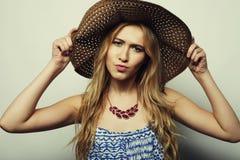 Mujer en sombrero del verano de la paja Foto de archivo libre de regalías