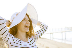 Mujer en sombrero del verano en la playa Imágenes de archivo libres de regalías