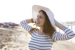 Mujer en sombrero del verano en la playa Imagen de archivo
