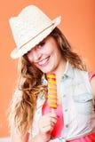 Mujer en sombrero del verano que come la crema del estallido del hielo Fotos de archivo libres de regalías