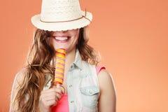 Mujer en sombrero del verano que come la crema del estallido del hielo Imagen de archivo libre de regalías