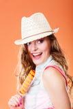 Mujer en sombrero del verano que come la crema del estallido del hielo Imagenes de archivo