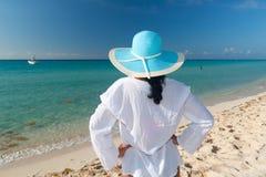 Mujer en sombrero en la playa Fotografía de archivo libre de regalías