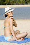 Mujer en sombrero en la playa Fotos de archivo