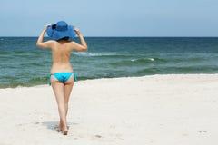 Mujer en sombrero en la playa Imágenes de archivo libres de regalías