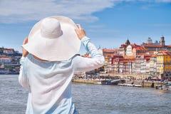 Mujer en sombrero en la ciudad de Oporto, turista en la costa imagen de archivo libre de regalías