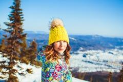 Mujer en sombrero en las montañas en invierno Imágenes de archivo libres de regalías