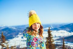 Mujer en sombrero en las montañas en invierno Imagenes de archivo