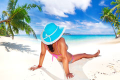 Mujer en sombrero que disfruta de días de fiesta del sol Imagen de archivo libre de regalías