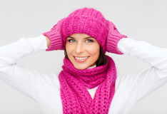 Mujer en sombrero, silenciador y manoplas Foto de archivo