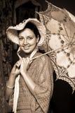 Mujer en sombrero viejo con un paraguas del cordón Imágenes de archivo libres de regalías