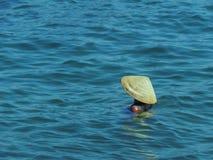 Mujer en sombrero vietnamita imagenes de archivo