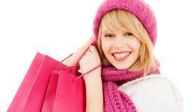 Mujer en sombrero y bufanda rosados con los panieres Imagenes de archivo
