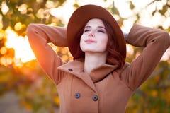 Mujer en sombrero y capa Imagen de archivo