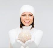 Mujer en sombrero y guantes con la bola de la Navidad Imagenes de archivo