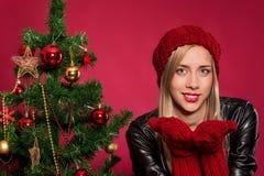 Mujer en sombrero y guantes rojos Imágenes de archivo libres de regalías